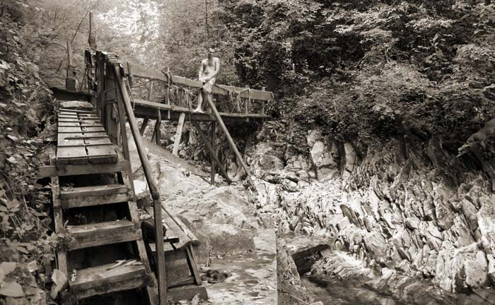 На мосту в каньоне реки Бешенки